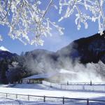 Dampfendes Aussenbad im tiefverschneiten Winter